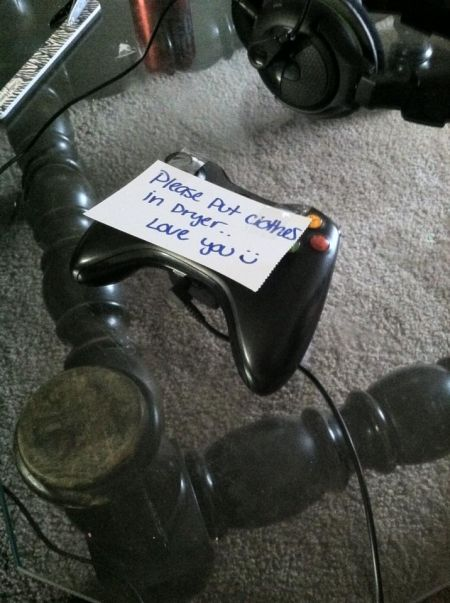 clever girlfriend leaves note on the gaming remote funny