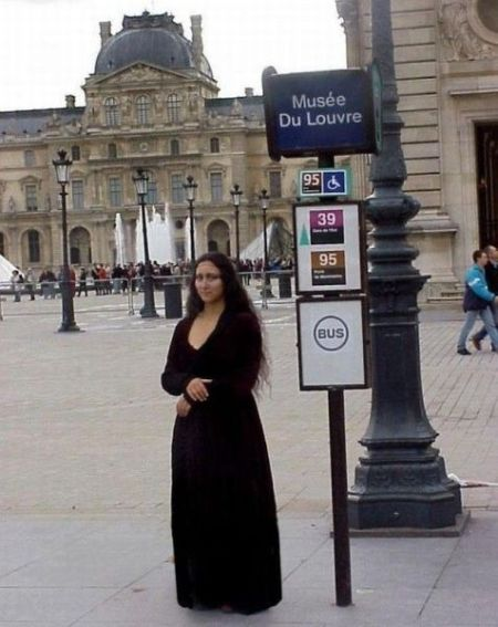mona lisa at the Louvre bus stop