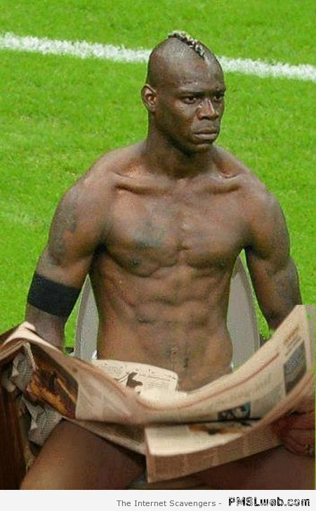 Balotelli on the toilet at PMSLweb.com