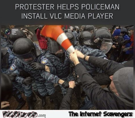 Funny protester helps policeman install VLC media player @PMSLweb.com