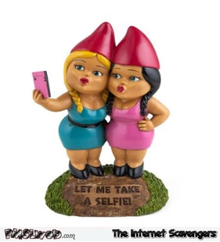 Funny selfie sisters garden gnomes - Hilarious Valentines day guide @PMSLweb.com